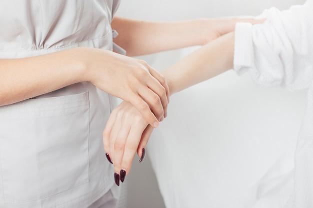Tratamiento de depilación láser en clínica de belleza cosmética