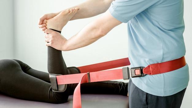 Tratamiento de fisioterapia con cinturón de movilización de mulligan, movilización de articulaciones y tratamiento del dolor