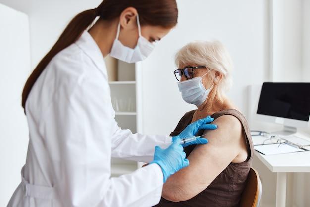 Tratamiento hospitalario de seguridad de inmunización del paciente. foto de alta calidad