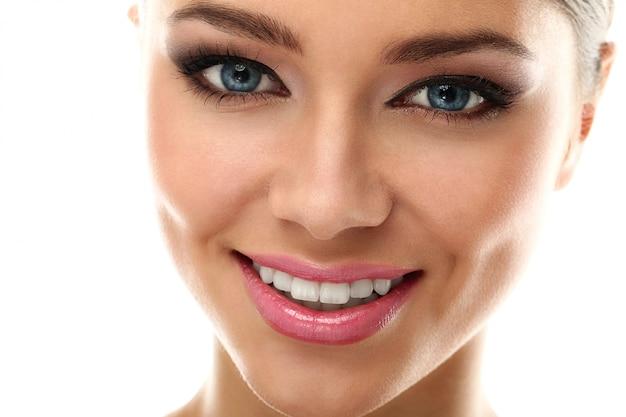 Tratamiento y maquillaje para el cuidado de la piel.