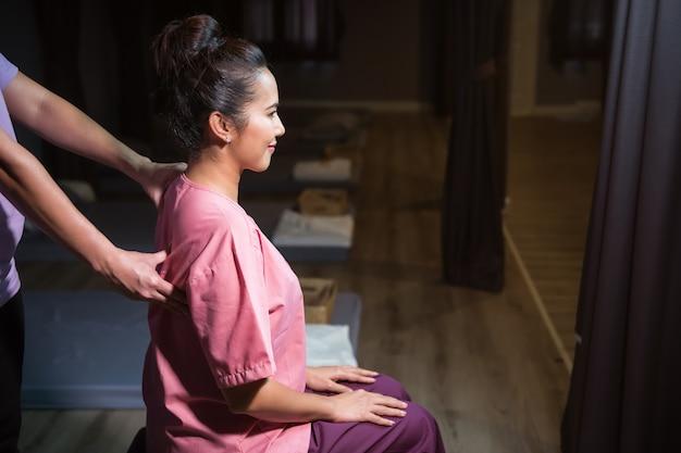 Tratamiento de masaje tailandés de espalda en spa