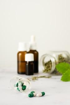 Tratamiento médico de primer plano con hierbas sobre la mesa