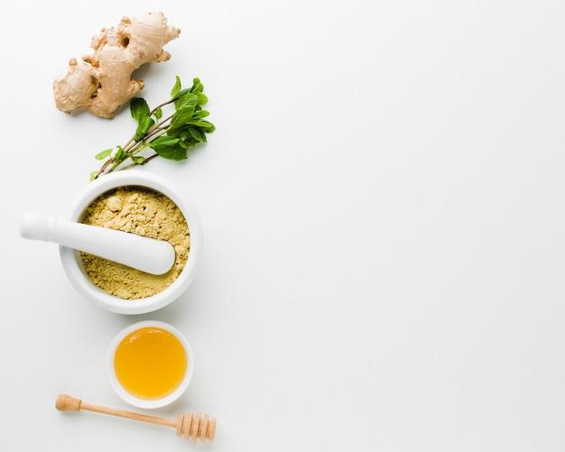 Tratamiento natural con miel y hierbas.