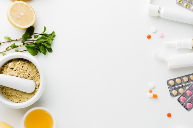 Tratamiento natural versus píldoras médicas.