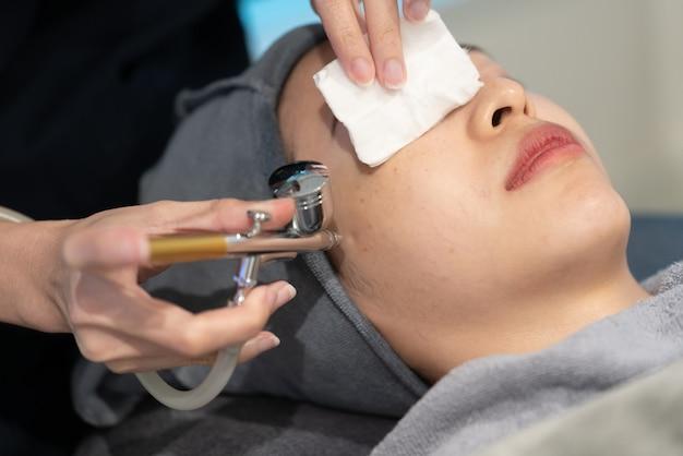 Tratamiento rejuvenecedor de gases faciales. procedimiento de peeling facial en una clínica de belleza.