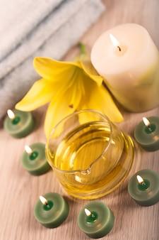 Tratamiento de spa con aceite de hierbas rodeado de velas de spa.