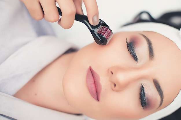 Tratamiento de spa cuidado facial. masaje facial profesional. masajista facial de salud.