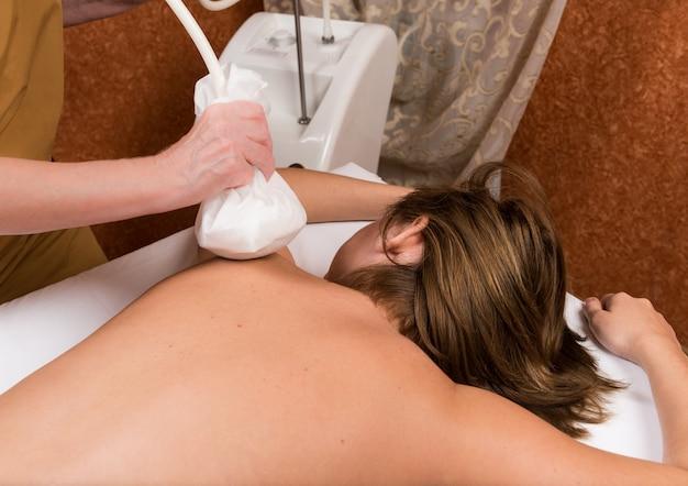 Tratamiento de spa en la espalda