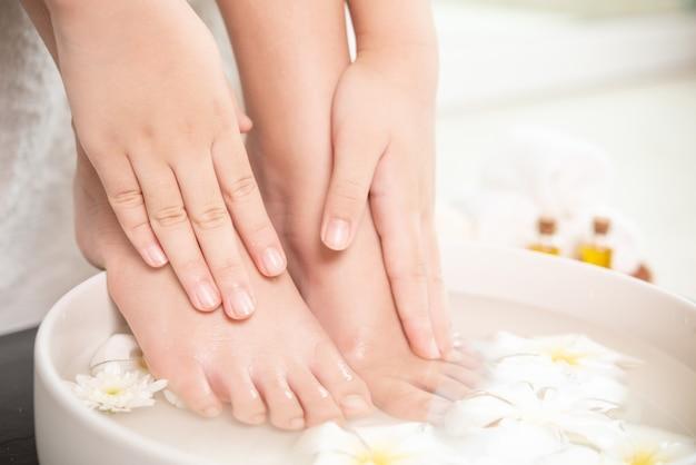 Tratamiento de spa y producto para pies femeninos y spa de manos.