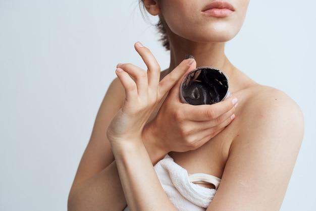 Tratamientos de la dermatología del balneario del cuidado de la piel crema negra linda morena. foto de alta calidad