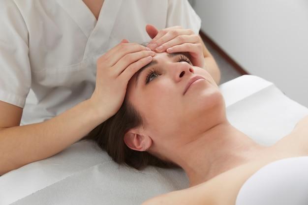 Tratamientos de osteopatía y masajes.