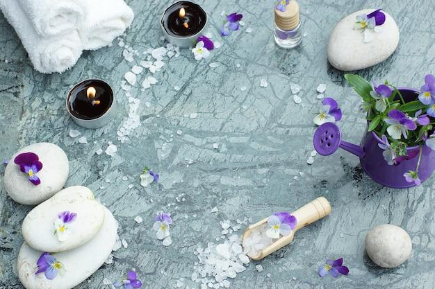 Para tratamientos de spa con velas encendidas y toallas blancas