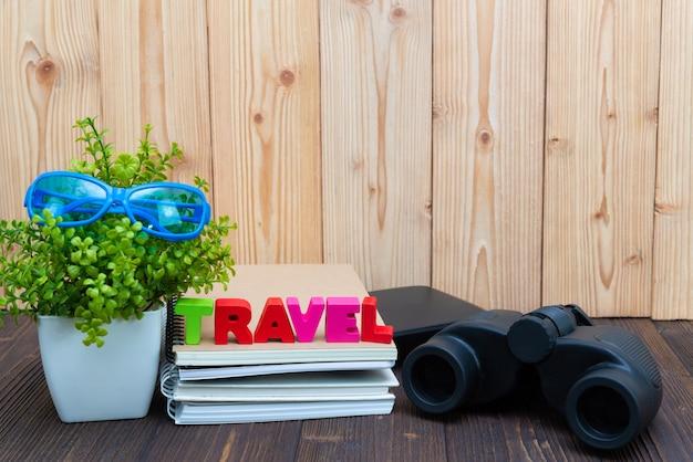 Travel texto y cuaderno de papel, pequeño y binocular.