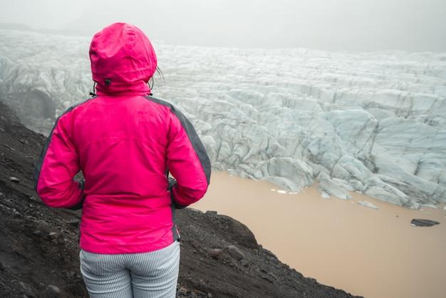 Traveller travel svinafellsjokull glacier, islandia.