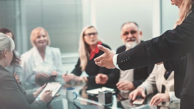 A través de las persianas. gerente y equipo empresarial en una reunión en la oficina.