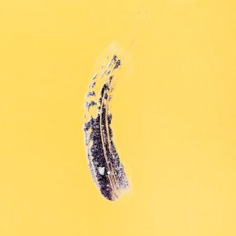 Trazo de pincel abstracto sobre fondo amarillo