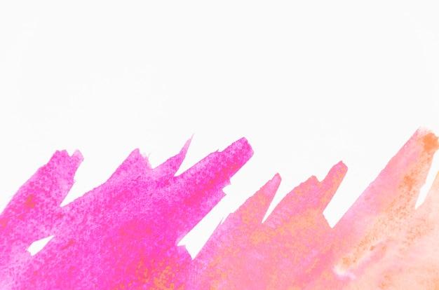 Trazo de pincel acuarela rosa sobre fondo blanco