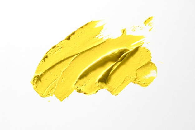 Trazo de pincel amarillo sobre fondo blanco.