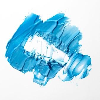 Trazo de pincel azul sobre fondo blanco.