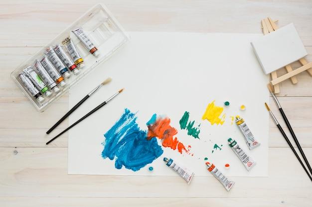 Trazo de pincel colorido en hoja blanca con equipo de pintura