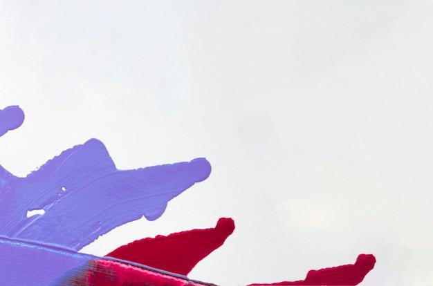 Trazos azules y rojos con espacio de copia.