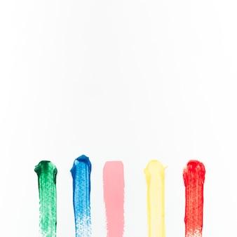 Trazos de colores sobre lienzo blanco