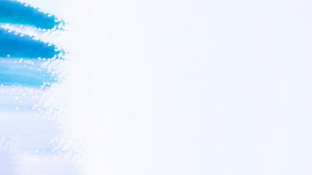 Trazos de degradado azul sobre fondo blanco