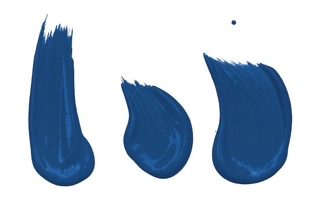 Trazos de pincel azul clásico aislado sobre fondo blanco.