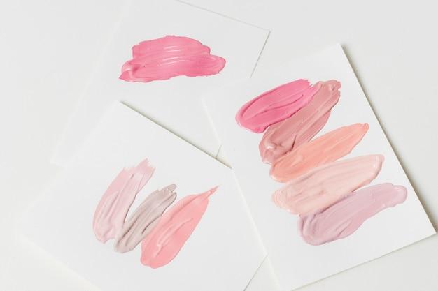 Trazos de productos cosméticos sobre papel.