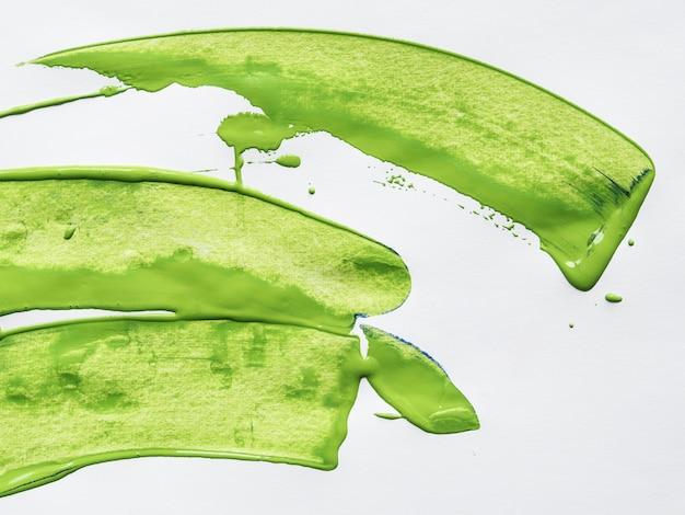 Trazos verdes sobre fondo blanco