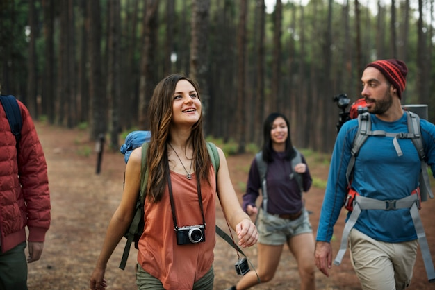 Trek caminando felicidad amistad camper concept