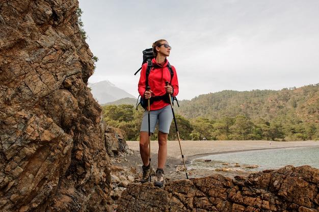 Trekker femenino posando en colinas en turquía