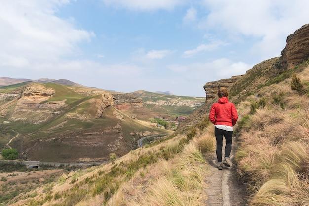 Trekking turístico por sendero en el parque nacional golden gate highlands