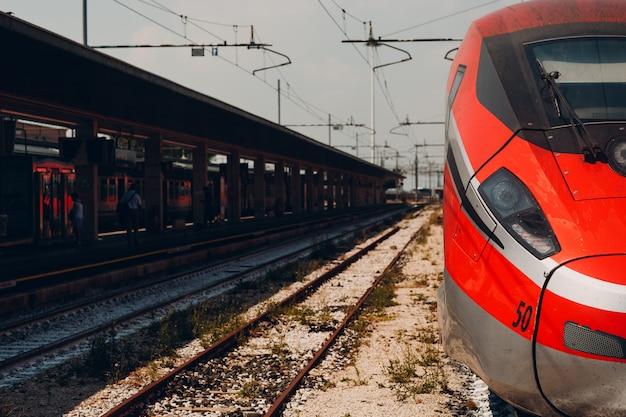 Tren de alta velocidad en la estación de tren