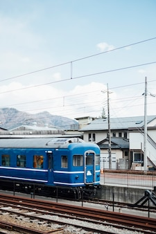 Tren azul y cielo en ferrocarril de japón.