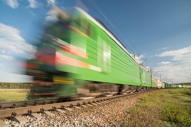Tren de carga en movimiento