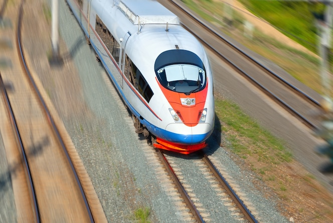 Tren de alta velocidad en movimiento