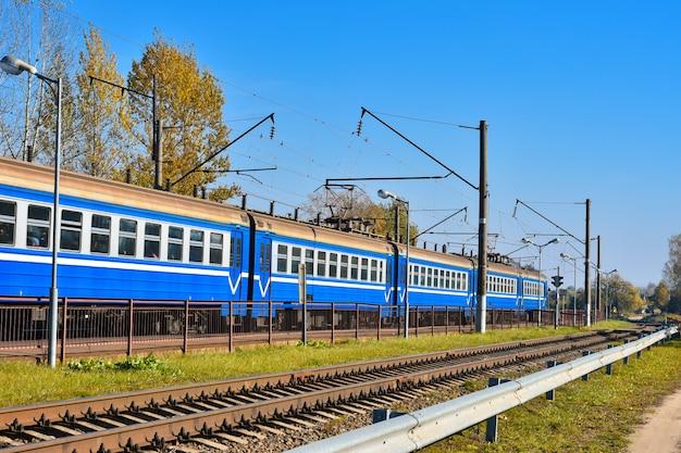 Un tren eléctrico viaja a la estación de tren para el embarque de pasajeros en rusia.