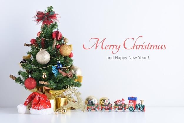 Tren de juguete de madera con bloques de colores, feliz año nuevo, navidad