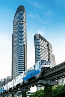 Tren ligero en la ciudad, chongqing, china