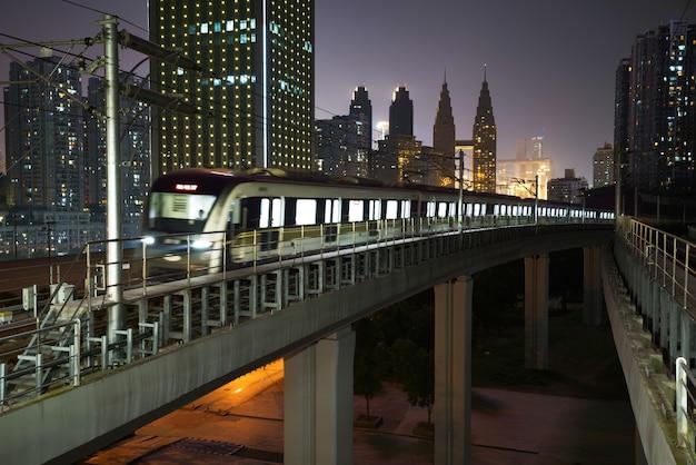 Tren ligero moviéndose en ferrocarril en chongqing