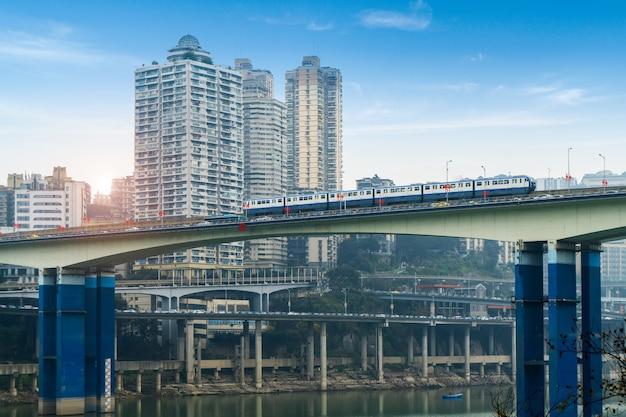 El tren ligero pasa por puentes a alta velocidad en chongqing, china