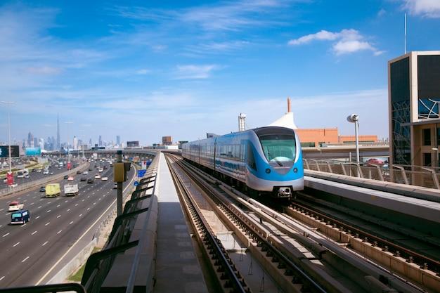 Tren llegando a la estación de monorraíl atlantis en dubai