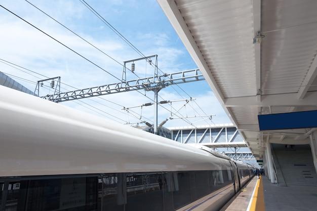 Tren moderno de alta velocidad en la estación de tren con efecto de desenfoque de movimiento