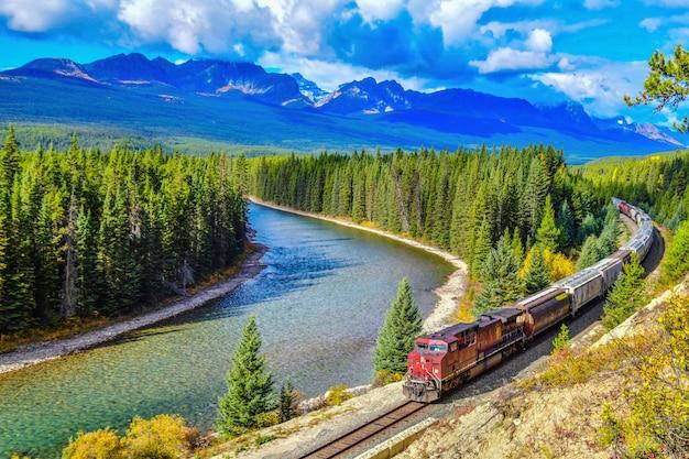 Tren pasando la famosa curva de morant en bow valley en otoño