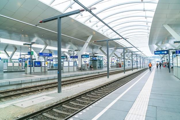 El tren regional se ha detenido en el andén de la estación de ferrocarril. los pasajeros suben a la plataforma