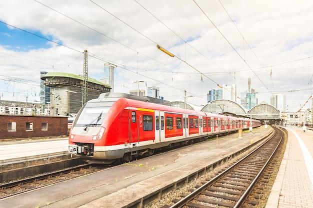 Tren saliendo de la estación de frankfurt