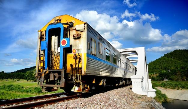 Tren de tailandia pasando puente blanco