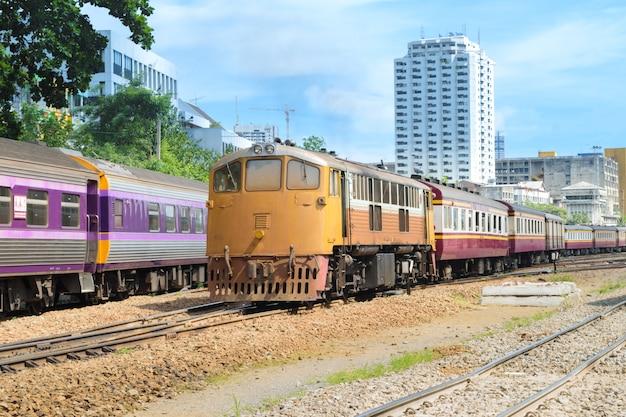 Tren de tren tailandés público