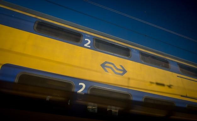 Trenes holandeses en la estación central de ámsterdam